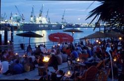 Feiern am Hafen in Hamburg